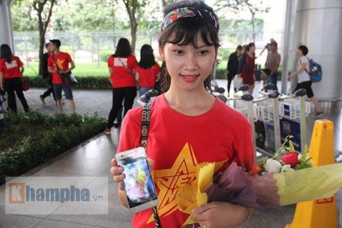 Sắp đá bán kết AFF Cup, ĐT Việt Nam bị fan quây kín ở sân bay - 14
