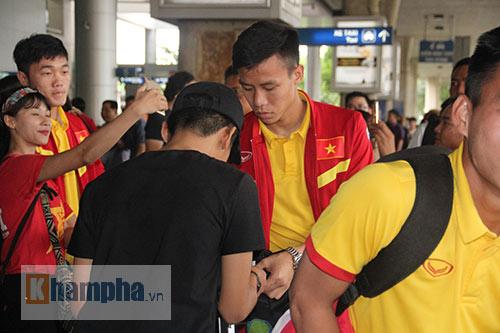 Sắp đá bán kết AFF Cup, ĐT Việt Nam bị fan quây kín ở sân bay - 2