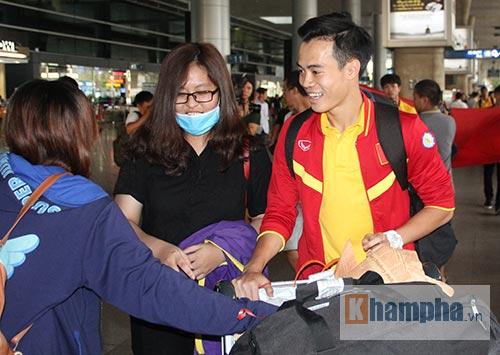 Sắp đá bán kết AFF Cup, ĐT Việt Nam bị fan quây kín ở sân bay - 3