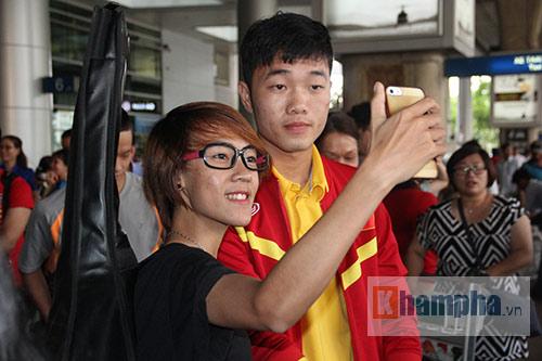 Sắp đá bán kết AFF Cup, ĐT Việt Nam bị fan quây kín ở sân bay - 4