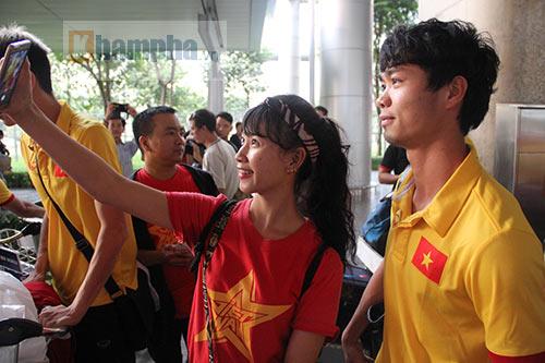 Sắp đá bán kết AFF Cup, ĐT Việt Nam bị fan quây kín ở sân bay - 5