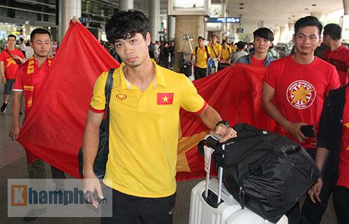 Sắp đá bán kết AFF Cup, ĐT Việt Nam bị fan quây kín ở sân bay - 6