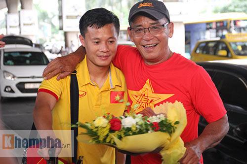 Sắp đá bán kết AFF Cup, ĐT Việt Nam bị fan quây kín ở sân bay - 7