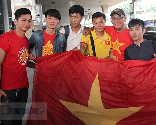 Sắp đá bán kết AFF Cup, ĐT Việt Nam bị fan quây kín ở sân bay - 8