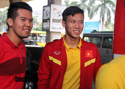 Sắp đá bán kết AFF Cup, ĐT Việt Nam bị fan quây kín ở sân bay - 9