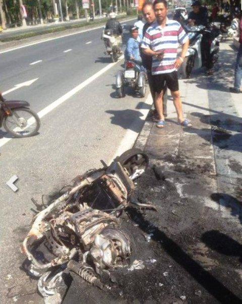 Châm lửa đốt xe máy sau khi bị CSGT xử phạt - 2