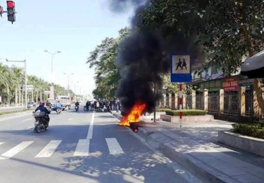 Châm lửa đốt xe máy sau khi bị CSGT xử phạt - 1
