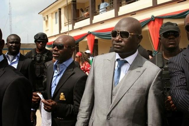 Đại gia dầu mỏ Nigeria dùng súng vàng bắn tiền lả tả - 1