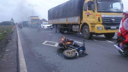 Thiếu nữ hoảng hồn bỏ chạy vì xe máy đang lưu thông bốc cháy - 1