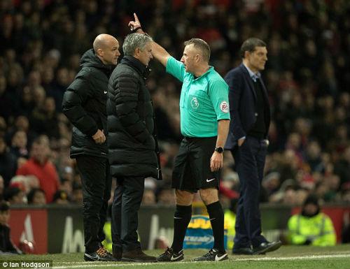 MU-Mourinho đá chai nước: Bị cấm 6 trận hoặc được xin lỗi - 1
