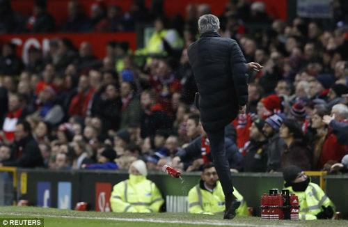 MU-Mourinho đá chai nước: Bị cấm 6 trận hoặc được xin lỗi - 2