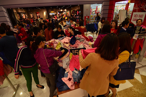 """Xếp hàng mua hàng giảm giá """"khủng"""" ngày Black Friday tại Vincom - 3"""