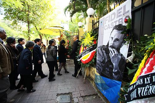 HN: Đoàn người lặng lẽ xếp hàng viếng Chủ tịch Fidel Castro - 1