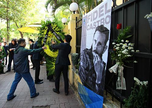 HN: Đoàn người lặng lẽ xếp hàng viếng Chủ tịch Fidel Castro - 5