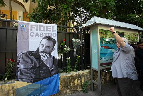 HN: Đoàn người lặng lẽ xếp hàng viếng Chủ tịch Fidel Castro - 8