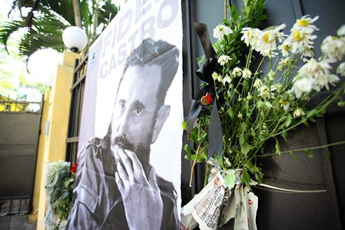 HN: Đoàn người lặng lẽ xếp hàng viếng Chủ tịch Fidel Castro - 7