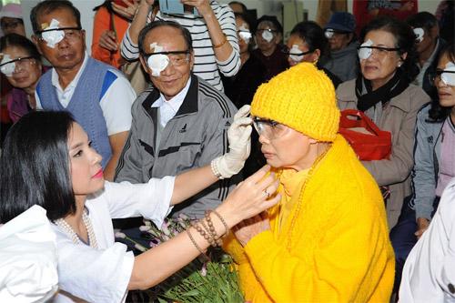 Việt Trinh góp nửa tỷ mổ mắt cho bệnh nhân nghèo - 1