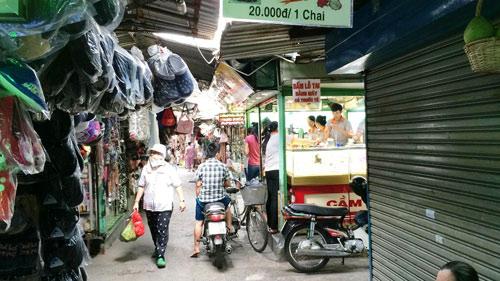Nam thanh niên bị đâm cả chục nhát dao giữa chợ - 1