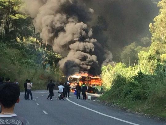 Xe cháy dữ dội sau tai nạn, một người Hàn Quốc tử nạn - 1