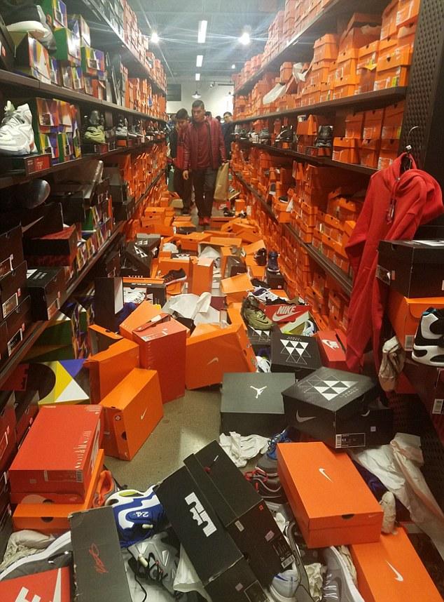 Mỹ: Cảnh kinh hoàng ở cửa hàng Nike sau Thứ sáu Đen - 1