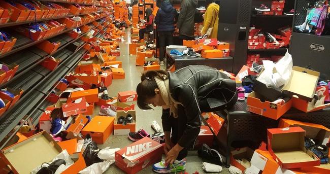 Mỹ: Cảnh kinh hoàng ở cửa hàng Nike sau Thứ sáu Đen - 3
