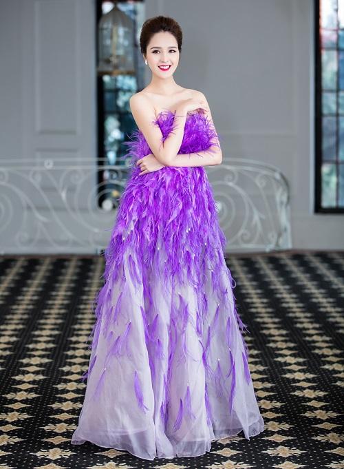 Á hậu Hoàng Anh khoe da trắng nõn trong xiêm y lông vũ cúp ngực - 2
