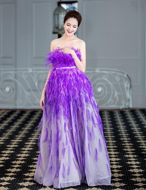 Á hậu Hoàng Anh khoe da trắng nõn trong xiêm y lông vũ cúp ngực - 3