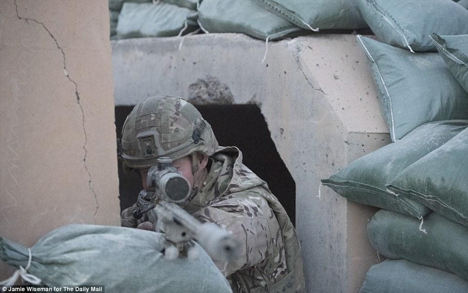 Siêu xạ thủ Anh bắn hạ kẻ đánh bom IS cách 1.500 m - 1