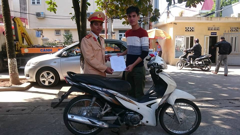 Bị cảnh sát kiểm tra, bỏ luôn xe máy - 1