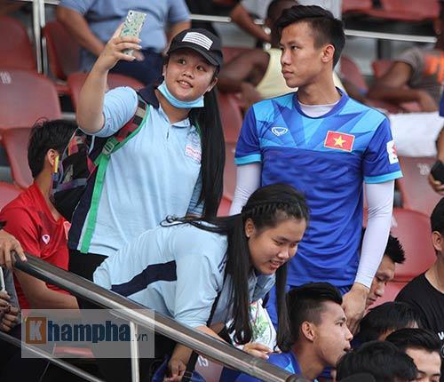 """Nữ sinh háo hức """"săn"""" ĐT Việt Nam sắp đá bán kết AFF Cup - 1"""