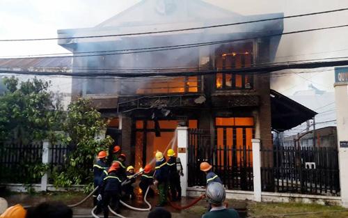 Vụ cháy 2 người chết ở SG: Nhiều người nhảy lầu thoát thân - 1
