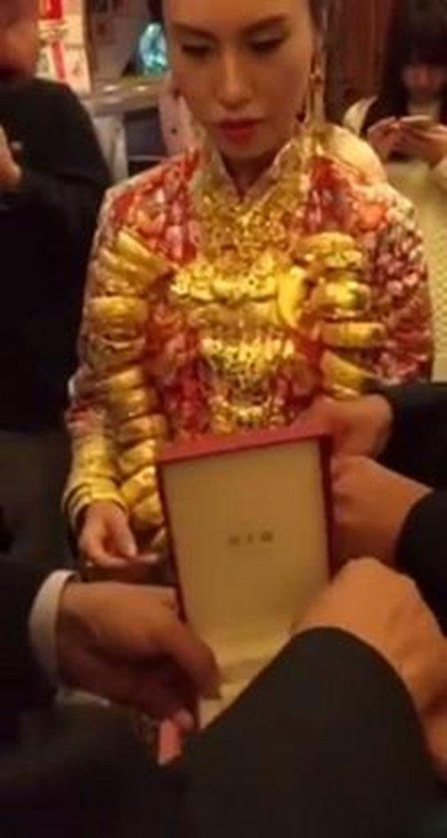 Thực hư thiếu nữ lấy chồng U70 để ôm 20kg vàng - 1