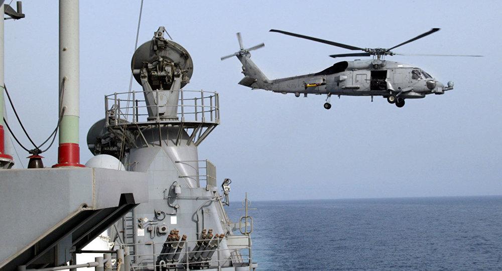 Tàu chiến Iran chĩa súng vào trực thăng Mỹ - 1