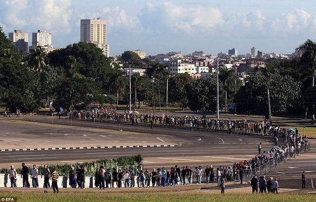 Dân Cuba nghẹn ngào từ biệt lãnh tụ Fidel Castro - 1