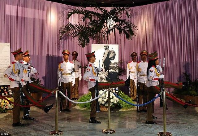 Dân Cuba nghẹn ngào từ biệt lãnh tụ Fidel Castro - 8