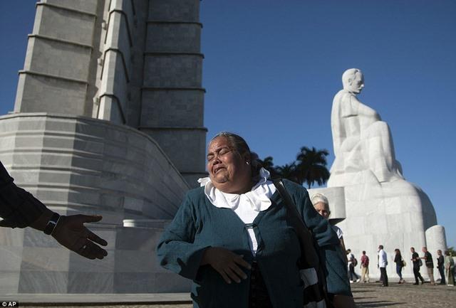 Dân Cuba nghẹn ngào từ biệt lãnh tụ Fidel Castro - 7