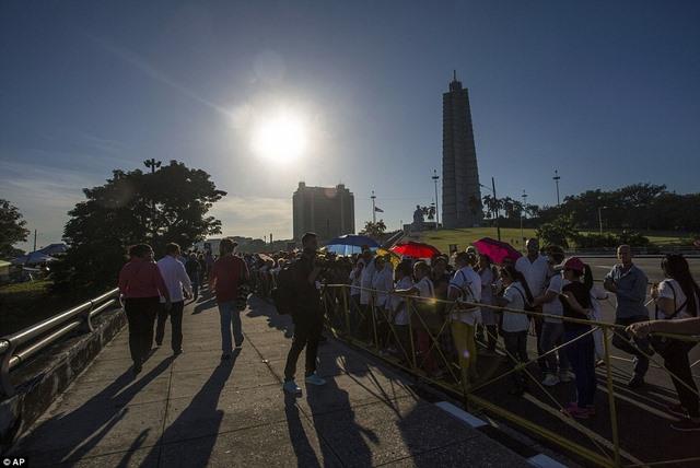 Dân Cuba nghẹn ngào từ biệt lãnh tụ Fidel Castro - 9