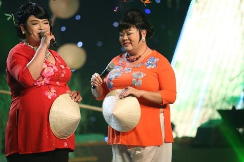 """Ngọc Sơn bị """"cưỡng hôn"""" trên sân khấu - 2"""