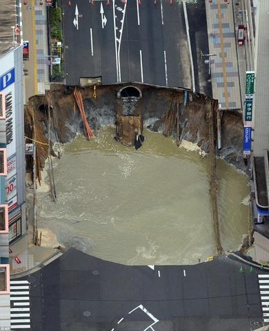 """Hố tử thần """"sửa trong 2 ngày"""" ở Nhật sụt lún trở lại - 2"""