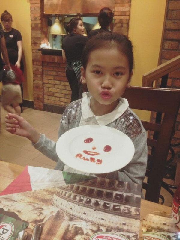 """Cuộc sống thực của """"cô bé 100 triệu view"""" vượt xa Sơn Tùng - 4"""