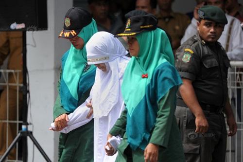 Ngoại tình, cô gái Indonesia lãnh đủ 100 roi đau đớn - 1