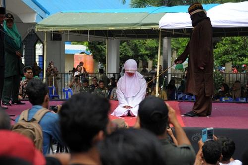 Ngoại tình, cô gái Indonesia lãnh đủ 100 roi đau đớn - 2