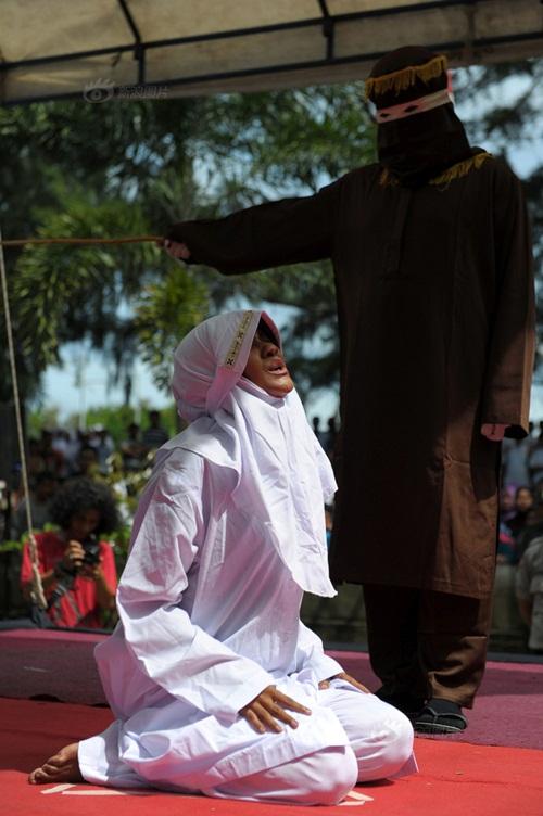 Ngoại tình, cô gái Indonesia lãnh đủ 100 roi đau đớn - 3