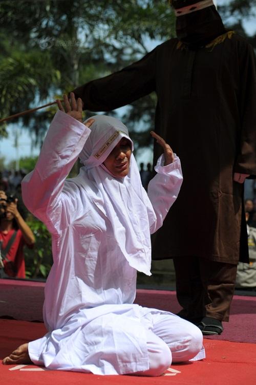 Ngoại tình, cô gái Indonesia lãnh đủ 100 roi đau đớn - 4