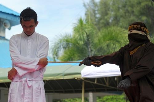 Ngoại tình, cô gái Indonesia lãnh đủ 100 roi đau đớn - 5