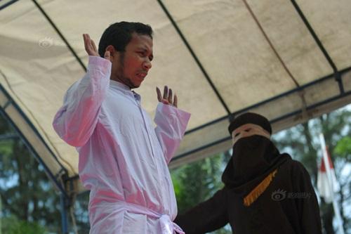 Ngoại tình, cô gái Indonesia lãnh đủ 100 roi đau đớn - 6