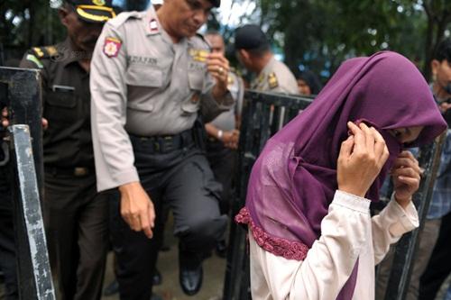 Ngoại tình, cô gái Indonesia lãnh đủ 100 roi đau đớn - 7
