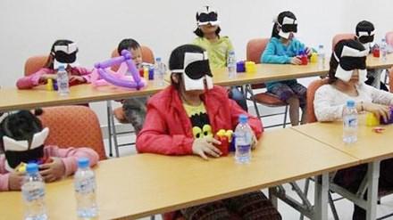 Bịt mắt kích hoạt não cho trẻ: Lợi bất cập hại - 1