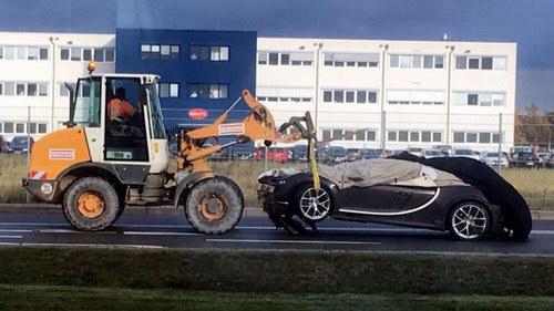 Siêu xe Bugatti Chiron đầu tiên gặp nạn - 1