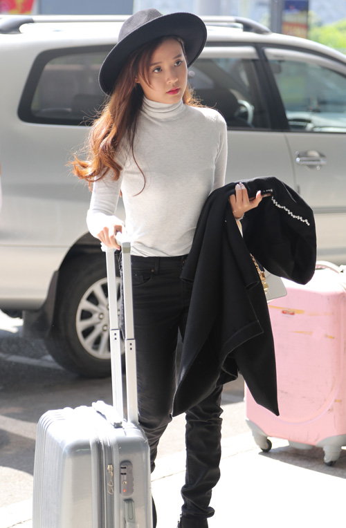 Midu kín đáo đọ dáng DJ Trang Moon sexy tại sân bay - 2